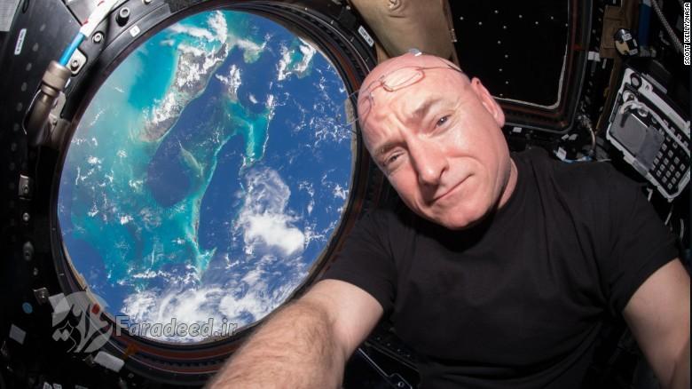 اسکات کلی کاپیتان بازنشسته نیروی دریایی ایالاتمتحده آمریکا، سال 1996 به خدمت ناسا در آمد. وی در دوره همکاری خود با ناسا فرماندهی چهار مأموریت فضایی، استیاس-۱۰۳، استیاس-۱۱۸، اکسپدییشن ۲۵، ۲۶، و سایوز تیامای-۰۱ام را بر عهده داشته است. وی درمجموع تمام مأموریتهای 520 روز را در فضا گذرانده است.اسکات کِلی در مأموریت پایانی خود برای ناسا، 340 روز را در ایستگاه فضایی بینالمللی سپری کرد.