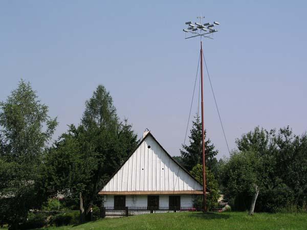 خانه دیویس (اکنون به موزه تبدیلشده) با یک مدل میله برقگیر