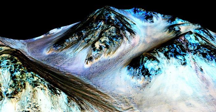 در این عکس دیجیتالی از دهانه هیل، مریخ، میتوان، شواهدی از تأثیر جریان آب مایع را در رگههای این ناحیه بهخوبی مشاهده کرد