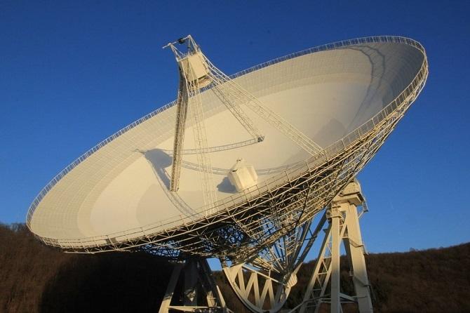 تلسکوپ 100 متری افلسبرگ در باد مونستررایفل، آلمان، اخترشناسان از این تلسکوپ قدرتمند برای مشاهدات خود بهره بردند