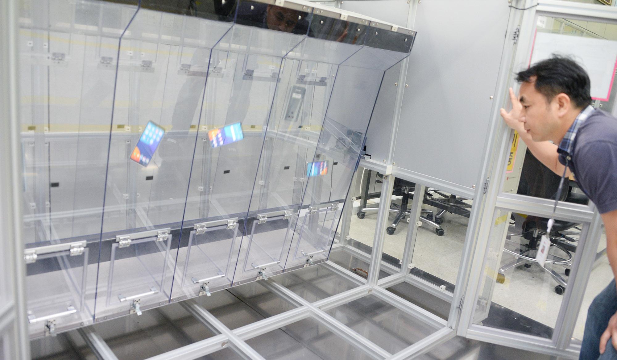 تصاویر و اطلاعاتی جدید از کارخانه باتری سازی شرکت ال جی در کشور کره منتشر شده است و نشان از فرآیندهایی تست کارخانه باتری سازی شرکت ال جی است.