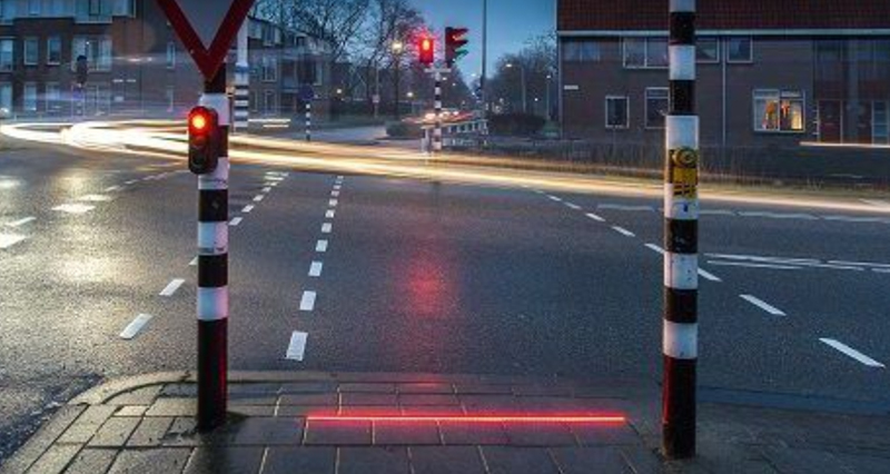 نصب چراغ راهنمایی در شهر هلندی، برای عابران معتاد به گوشیهای هوشمند