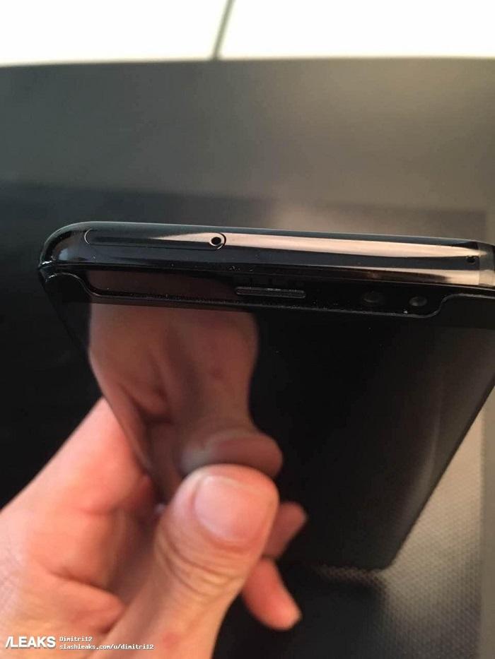 تصاویری از گوشی سامسونگ گلکسی اس 8 نیز در رنگ مشکی منتشر شده که قاب متالیک، جایگاه سیمکارت، جک هدفون و پورت USB نوع سی در قسمت پایینی را به نمایش گذاشته است.