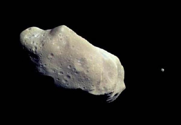 سیارک آپوفیس که در سال 2004 کشفشده، با قطر حدود 394 متر، بهاندازه دو زمین فوتبال است. دانشمندان تصور میکردند، ممکن است، این سیارک در سال 2029 به زمین برخورد کند. اما در سال ۲۰۱۳، احتمال برخورد آپوفیس با زمین بهکلی رد شد. گفته میشود، در جریان این پیشبینی دانشمندان، ارتش آمریکا و روسیه قصد، منحرف کردن مسیر حرکت این سیارک را که از کمربند کویپر به سمت زمین حرکت میکند، داشتهاند.