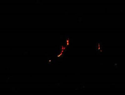 در این تصور کات شده، جزئیات درخشش گدازههای آتشفشانی در شب به خوبی قابلمشاهدهاند.