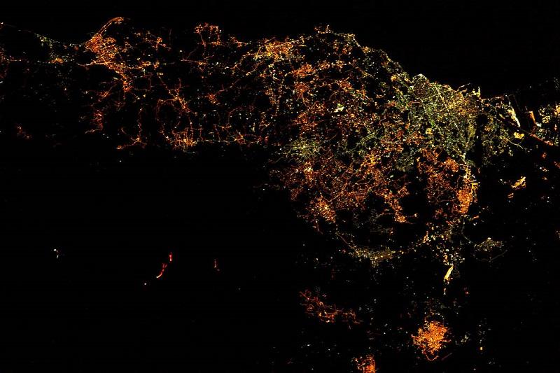 نمای شب آتشفشان اتنا از مدار زمین. این تصویر روز 19 مارس سال 2017 توسط فضانورد آژانس فضایی اروپا، توماس پسک به ثبت رسیده است. خطوط قرمز سمت چپ مواد مذاب هستند