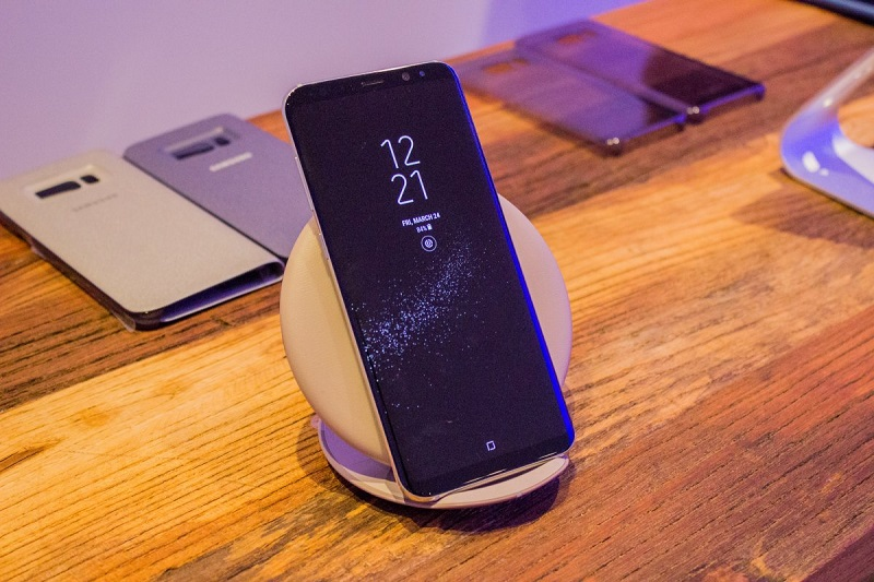 3. شما می توانید گوشی گلکسی اس 8 خود را با پدهای شارژ بیسیم، شارژ کنید. علاوه بر این، قابلیت شارژ سریع نیز در این دستگاه تعبیه شده که سرعت شارژ گلکسی اس 8 را از حد نرمال بیشتر کرده است.