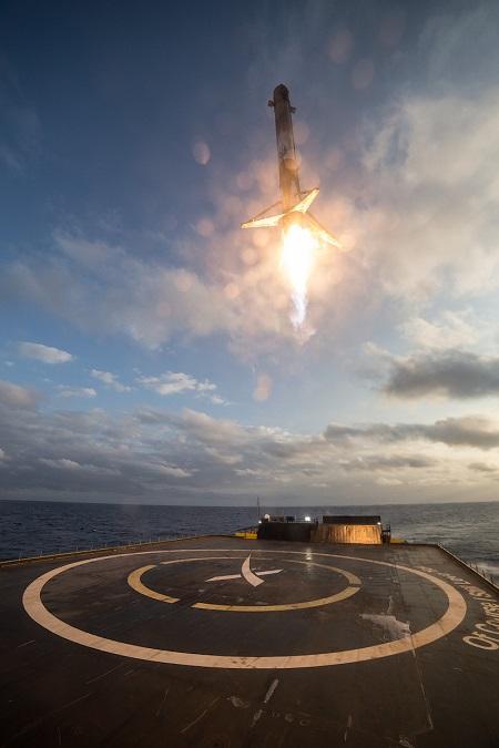 این تصویر مرحله اول موشک را نشان میدهد که در حال تکمیل کردن مأموریت دوم خود با روشن کردن موتور خود و فرود بر روی سکوی فرود است