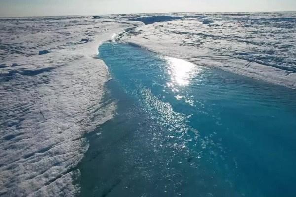 در پی تغییرات آب و هوایی بین سالهای ۲۰۰۰ تا ۲۰۰۸، در حدود ۱۵۰۰ میلیارد تن از صفحات یخی گرینلند از بین رفتهاند