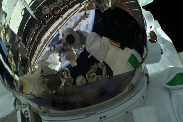 سلفی فضایی معروف لوکا پارمیتانو. این فضانورد ایتالیایی، 16 ژوئیه 2013 راهپیمای فضایی خود را ناتمام رها کرد. به نظر می رسید، آب شروع به نشت کردن در کلاه فضایی وی کرده بود. آب از پشت کلاه وی شروع به نفوذ کرد و مقدار آن به حدی بود که علاوه بر جریان یافتن روی صورت وی، اطراف گوش های او را نیز کاملا پوشاند. بر اساس گزارش خدمه ایستگاه فضایی بین المللی بین 1 تا 1.5 لیتر آب درون کلاه او جمع شده بود