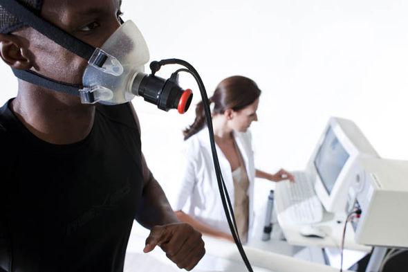دو دانشجوی مطالعه دانشگاه نورثامبریا در نیوکاسل به اشتباه به جای 0.3 گرم کافئین، 30 گرم کافئین دریافت کرده بودند. این دو در مطالعه ای شرکت می کردند که تاثیر کافئین بر فعالیت های ورزشی را مورد بررسی قرار می داد
