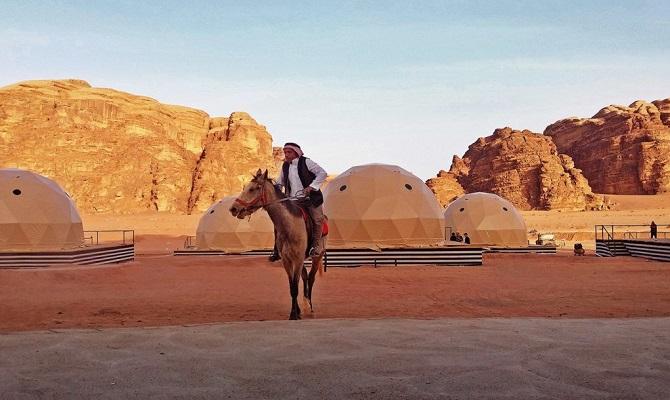 گردشگران هم می توانند، تجربه مریخی را در اقامتگاه های گنبدی این صحرا داشته باشند.