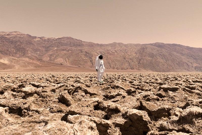 چشم انداز خیره کننده از کوه ها و صخره های مریخی