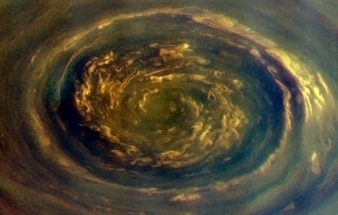 در این عکس گردبادهای شش ضلعی زحل را مشاهده می کنید. کاسینی این عکس را 5 سپتامبر، زمانی که به فاصله 1.4 میلیون کیلومتری زحل رسیده بود، ثبت کرده است