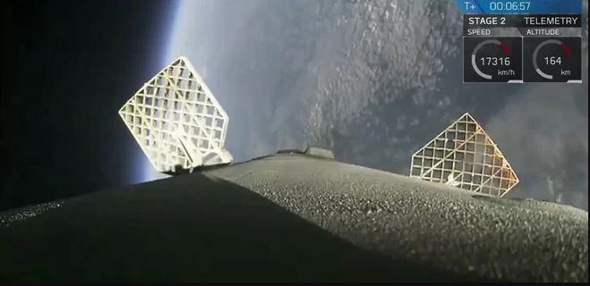 مرحله اول موشکی که شرکت اسپیس ایکس روز پنجشنبه از آن استفاده کرد، پیشازاین در آوریل 2016 مأموریتی به ایستگاه فضایی بینالمللی انجام داده بود و پس از پرتاب بر روی سکوی فرود شناور فرود آمده بود.