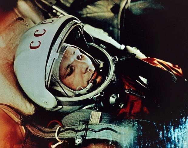 یوری گاگارین در روز ۱۲ آوریل ۱۹۶۱ میلادی توسط فضاپیمای وستوک-۱ به فضا رفت و به مدت ۱۰۸ دقیقه مدار زمین را یک دور بطور کامل پیمود