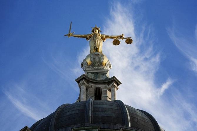 اگر یک ماشین خودکار به تنهایی مرتکب یک جرم شود، قانون باید چه رفتاری در مقابل آن در پی گیرد؟ وکلا چگونه باید نیت جرم او، نیت جرم غیر انسانی را به اثبات برسانند؟ آیا می توان با وجود اصول قانونی موجود به چنین جرمی رسیدگی کرد؟