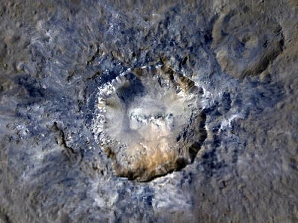 آهونا مونس کوه یخی هرمی شکل و عظیم در سرس است که حدود 3962 متر ارتفاع دارد. چگونگی ایجاد این کوه عظیم در سیاره کوتوله همیشه مورد بحث دانشمندان بوده است، حال وجود یک آتشفشان یخی عظیم در این کوه، می تواند توضیح مناسبی برای حضور این کوه یخی بر روی سیاره کوتوله سرس باشد