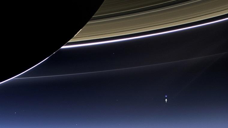 """""""روزی که زمین لبخند زد""""یکی از مشهور ترین عکس های فضایی است که تاکنون به ثبت رسیده در 19 ژوئیه 2013 توسط کاوشگر کاسینی به ثبت رسید. در این تاریخ، کاسینی خود را در سایه زحل قرار داد و دوربین های خود را به سمت میزبان خود نشانه رفت. این دو دوربین، دوربین های تصویربرداری علوم گرافیک (ISS) و طیف سنج نقشه برداری مادون قرمز و بصری (VIMS) کاسینی بودند"""