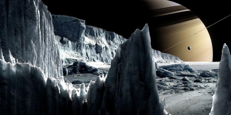 تصویر هنری از قمر یخی زحل، انسلادوس. این قمر ممکن است اقیانوسی زیرسطحی دارای حیات فرازمینی را در خود جای داده باشد. کاسینی با گذرهای مکرر خود از این قمر، موفق به کشف شواهدی از وجود شرایطی مطلوب برای شکل گیری زندگی میکروبی در این قمر شد