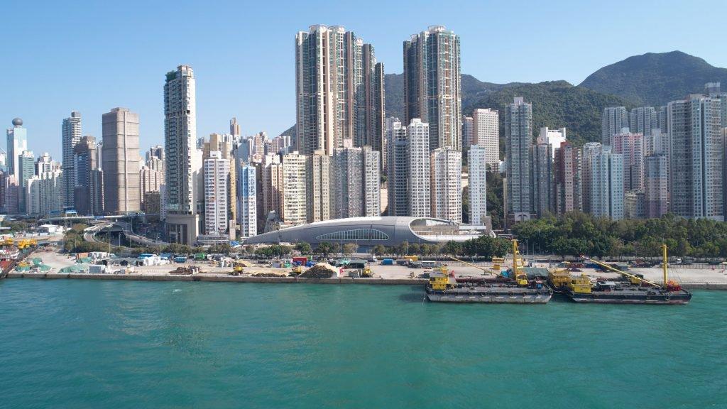 معماری استخر صدف شکل در شهر کندی هنگ کنگ از استودیو Farrells و نمایی ازبرج های هنگ کنگ