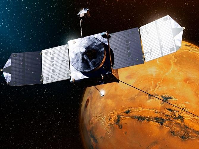 کاوشگر ماون در ۱۸ دسامبر ۲۰۱۳ توسط موشک اتلس ۵ از پایگاه نیروی هوایی کیپ کاناورال به فضا پرتاب شد. این کاوشگر در ۲۲ سپتامبر ۲۰۱۴ به مریخ رسید و در ارتفاع ۱۵۰ کیلومتری سطح سیاره سرخ در موقعیت مداری خود قرار گرفت