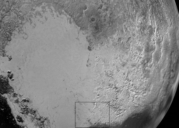 تنها 15دقیقه بعد از رسیدن نیوهورایزنز به نزدیکترین فاصله به پلوتون در تاریخ۱۴ ژوئیه 2015 این کاوشگر تصاویری از کوهها و دشتهای یخی پلوتو در نزدیکی غروب آفتاب گرفت. در این تصاویر، دشت صافی (در سمت راست تصویر) را میبینیم که بهصورت غیررسمی اسپوتنیک نامیده میشود، در جانب غربی این دشت، کوههای ناهمواری به ارتفاع 3500 متر متشکل از کوههای نورگای(در سمت چپ) و هیلاری را مشاهده میکنیم
