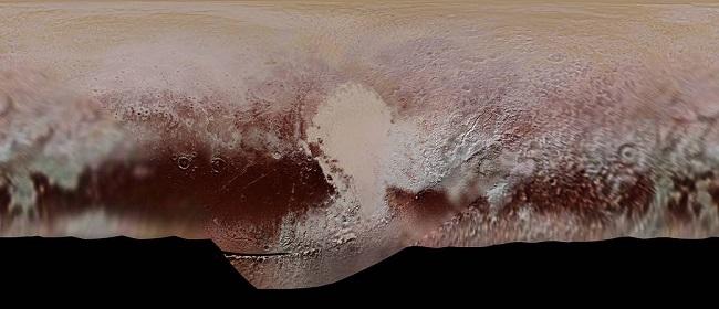 تصویری که مشاهده میکنید، نقشه رنگی دقیقِ موزاییکی از پلوتون است که حاصل مجموعهای از عکسهای سه فیلتر رنگی گرفته شده توسط دوربین رالف / چند طیفی دوربین ویژوال تصویربرداری فضاپیما (MVIC)، فضاپیمای نیوهورایزنز ناسا است. نیوهورایزنز این عکس را در گذر نزدیک خود که در ژوئیه ۲۰۱۵ بر فراز سیاره یخ زده پلوتو انجام داده بود، به ثبت رسانده است. این عکس موزاییک که از رزولوشن بسیار بالایی برخوردار است، بزرگی الگوهای رنگی نیمکرهای از سیاره کوتوله پلوتون که در نقطه مشاهده نیوهورایزنز بود را نشان میدهد. نواحی استوایی در شمال پلوتون، تقریبا نیمی از نواحی تیره سرخ رنگ سیاره کوتوله را در برگرفتهاند و تپههای یخی عظیم پلوتون، اسپوتنیک پلانیوم هم در مرکز عکس به خوبی نمایان هستند