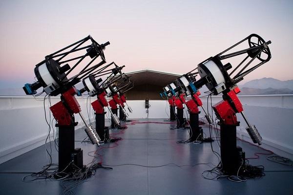 مجموعه ای از تلسکوپ های رباتیک در شیلی که در کشف این سیاره فراخورشیدی به اندازه زمین مورد استفاده ستاره شناسان قرار گرفتند