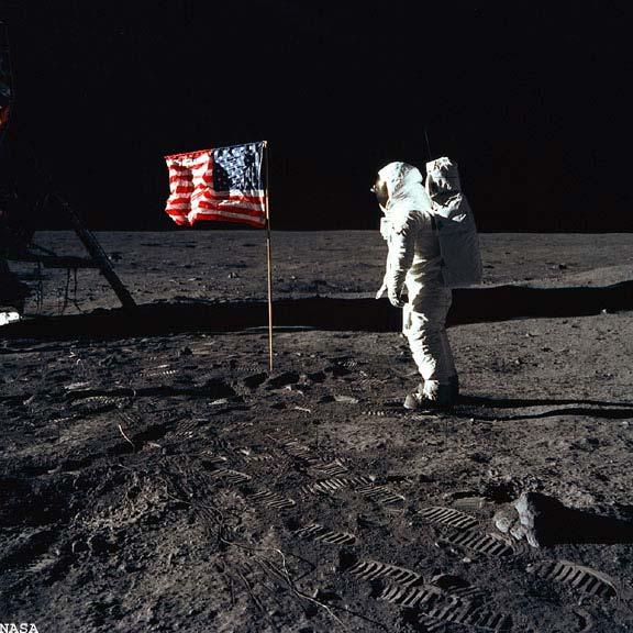 فرود آپولو روی ماه ساختگی بوده است