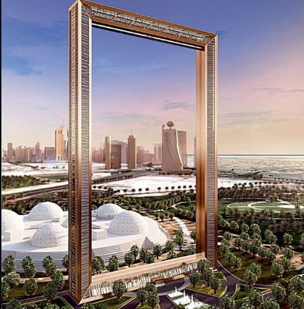 تصویر دیجیتالی که ظاهر قاب دبی را در هنگام پایان مراحل ساخت و ساز نشان می دهد. این برج شبیه یک قاب عکس غول پیکر با روکش طلا است. این قاب 150 متری بخش دیگری از خط افق دیدنی شهر دبی را تکمیل می کند و حکم یک رصدخانه را دارد که نمای جذابی از دبی قدیم در شمال و دبی جدید در جنوب را به تصویر خواهد کشید