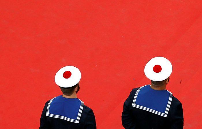 کارکنان نیروی دریایی فرانسه در فرش قرمز