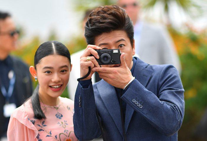 بازیگر ژاپنی تاکویا کیمورا (در راست) در حال گرفتن عکس در کنار هانا سوگیساکی برای فیلم تیغه جاودانه از تاکاشی میکه