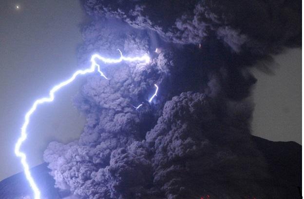 حدود ۴۰ هزار سال قبل، ابرآتشفشان کامپی فلگری فوران کرد. این فوران ۱۱۲ کیلومتر مکعب ماگما را به بیرون پرتاب کرد و زمینی به بزرگی ۲.۲۵ میلیون کیلومتر مربع را از مواد مذاب پوشاند. این بزرگترین فوران اروپا طی ۲۰۰ هزار سال گذشته بود. امروز، محققان میگویند، ممکن است، ابرآتشفشان ایتالیا دوباره فعال شود و فاجعه دیگری رخ دهد
