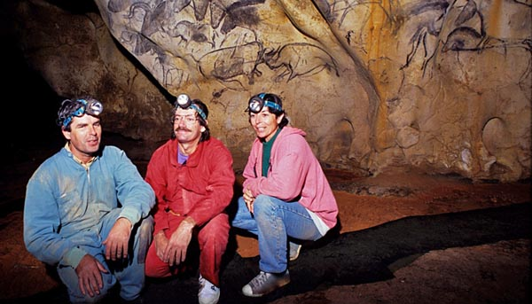 الیتت برونل دشام، کریستین هیلر و ژان ماری. آنها در 13 دسامبر 1994 موفق به کشف غار زیرزمینی شگفتانگیزی شدند که اکنون از آن به عنوان یکی از بزرگترین کشفیات انسان نام برده میشود