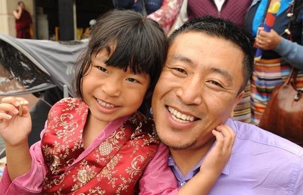 پدر و دختری تبتی در مراسم تولد دالایی لاما (رهبر دینی بوداییان تبت) و آئین کالاچاکرا برای صلح جهانی، واشنگتن دی سی، ایالات متحده آمریکا. بدن تبتی ها به جای افزایش تعداد هموگلوبین، سازگاری های مختلفی دیگری به دست آورده که اجازه استفاده موثر از اکسیژن را به آنها داده است