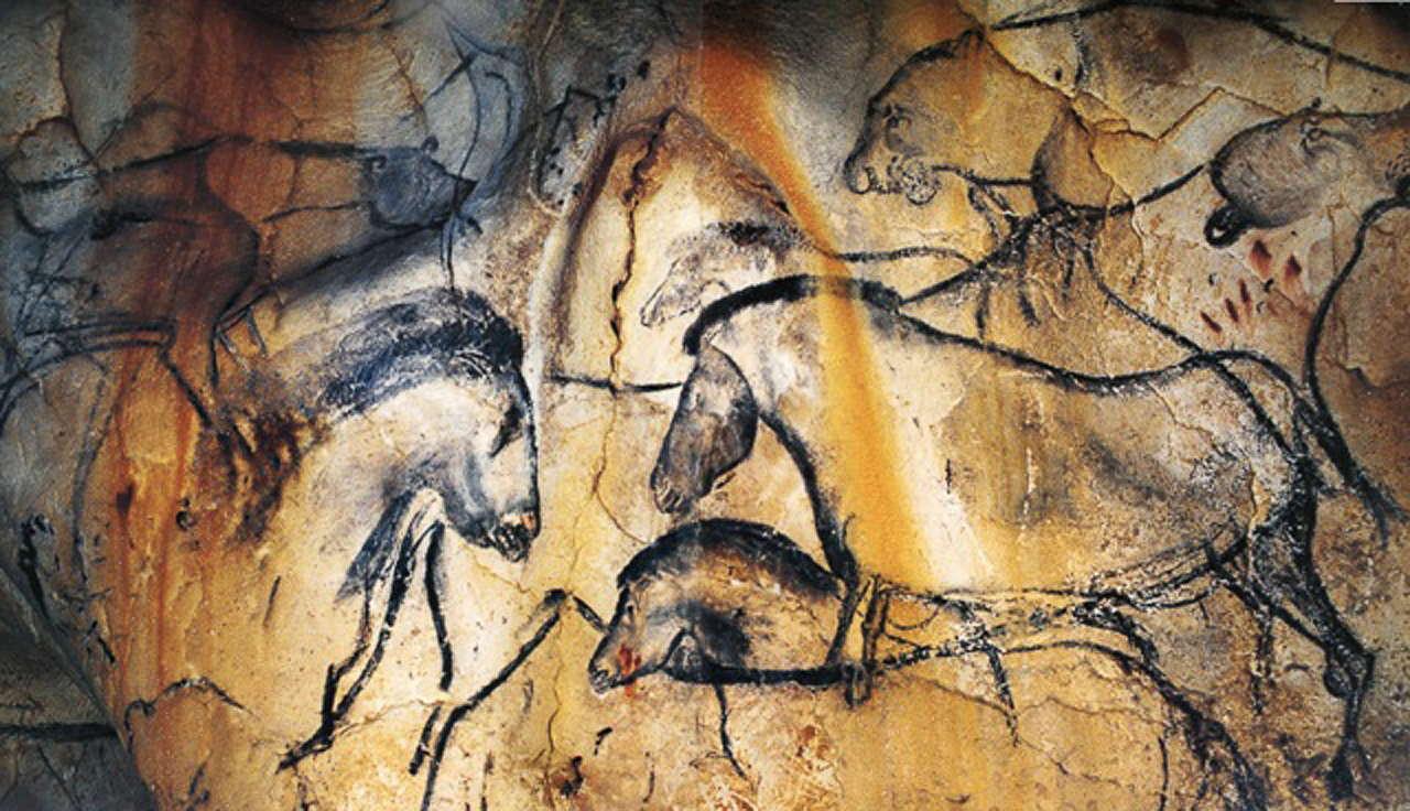 بر خلاف نقاشیهای غار لاسکو و آلتامیرا که پانزده هزار سال بعد خلق شدند، در اینجا هیچ تصویری از شکار در هیچ نقطهای دیده نمیشود