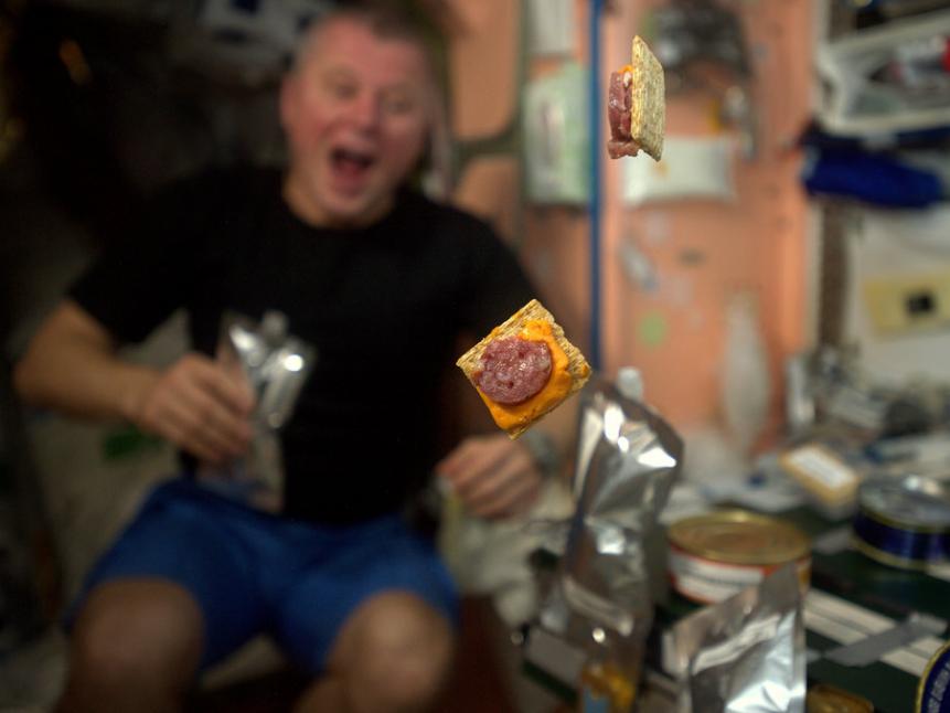 """""""آشپزی فضایی: پیش غذای امشب در حال چرخیدن است... حسی به من میگوید خیلی طول نمیکشد."""""""