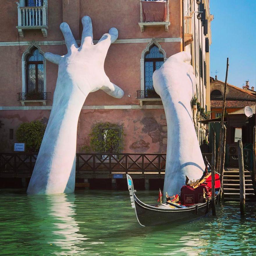 دست های برآمده از آب های ونیز، هشداری برای تغییرات آب و هوایی [گالری]