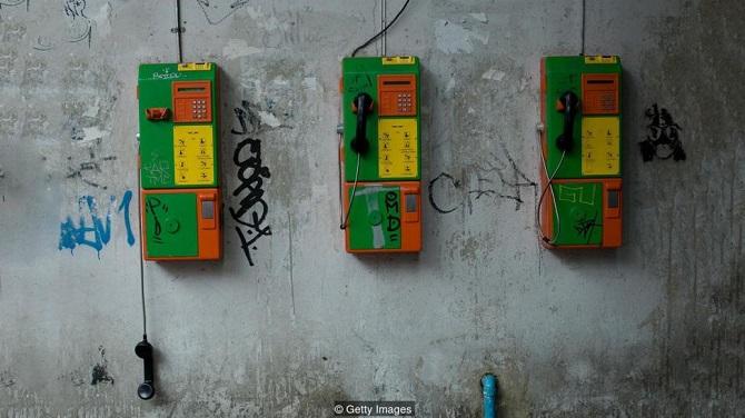 در سال 1975، یک آتشسوزی در شرکت تلفن نیویورک موجب قطع خدمات تلفن منطقه 300 بلوکی در منهتن به مدت 23 روز شد. نظرسنجیهای انجام شده نشان میدهد که بیش از دو سوم افراد حاضر در نظرسنجی میگفتند، عدم دسترسی به سرویس تلفن به آنها را دچار احساس تنهایی و اضطراب کرده و نزدیک به سه چهارم آنها هم گفتند، پس از وصل شدن تلفنها احساس بهتری دارند