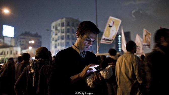 برخی دولتها هم یک کلید قطع اینترنت دارند کلیدی که میتواند اینترنت را کاملا از کار بیندازد. مصر در طول قیامهای مردمی موسوم به بهار عربی در سال 2011 چنین کاری را انجام داد که هماهنگی فعالیتهای معترضان را با مشکل مواجه کرد. کشورهای دیگری همچون ترکیه هم در طول تظاهرات اینترنت را قطع کردهاند