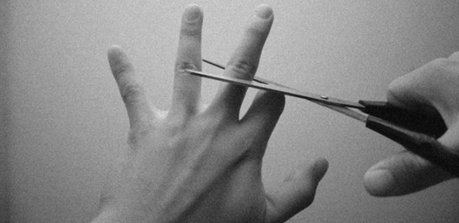 مطالعهای که در سال 2015 انجام شد نشان میداد،29 درصد از پاسخگوها ترجیح میدهند انگشت دستشان را از دست بدهند و به جای آن بیشتر در اینترنت بمانند. این نظرسنجی حاصل بررسی روی 2.500 نفر بود که ارتباط خیلی زیادی با اینترنت داشتند، 25 درصد از این افراد بین انتخاب انگشت یا اینترنت تردید داشتند