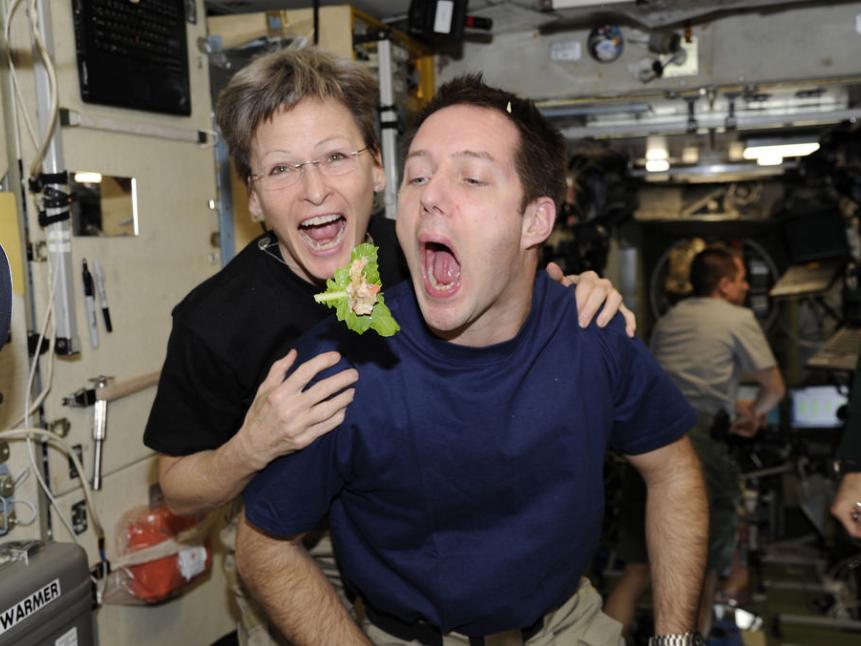 پگی ویتسون، فرمانده و اولین زنی است که سفر اکتشافی ایستگاه فضای بین المللی را فرماندهی میکند. او همچنین رکورد گذارندن بیشترین روز را در بین فضانوردان ناسا در فضا داراست.