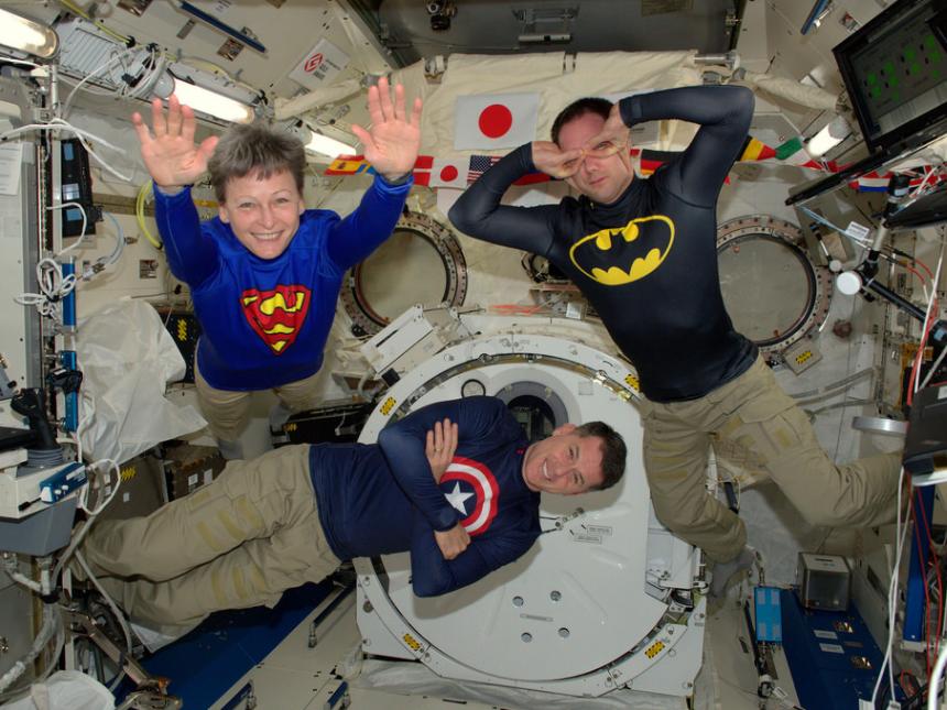 پسکی شیطنتهای کارکنان در ایستگاه فضایی بین المللی را با در قاب تصاویر جمع آوری میکند.
