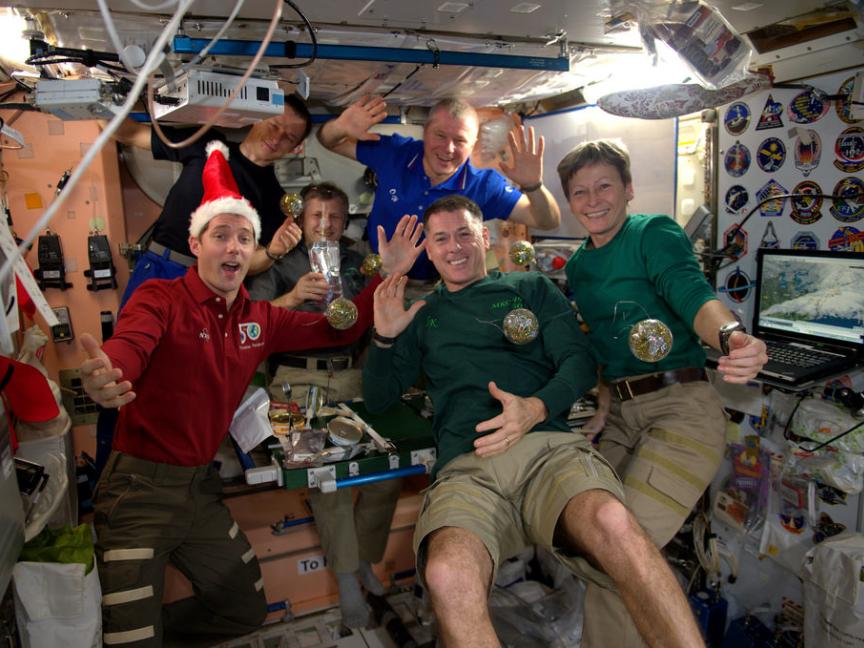 """""""کارکنان سفر اکتشافی 50 برای شما تعطیلات شادی را آرزو میکنند."""""""