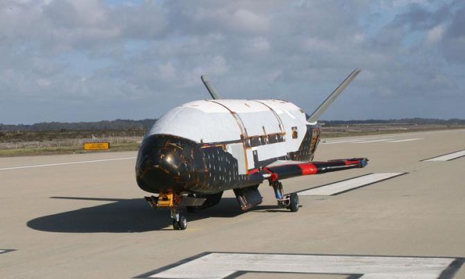 گفته می شود، ماموریت این هواپیمای فضایی، نمونه ای از استقرار ماهواره های جاسوسی در جو زمین است. همچنین بر اساس شایعات دیگر اهداف این ماموریت عبارتند از؛ تداخل در سیگنال های ماهواره های دیگر، ماموریت مخفی پنتاگون برای استقرار جنگ افزارهای بدون سرنشین و حتی جاسوسی از ایستگاه فضایی چین