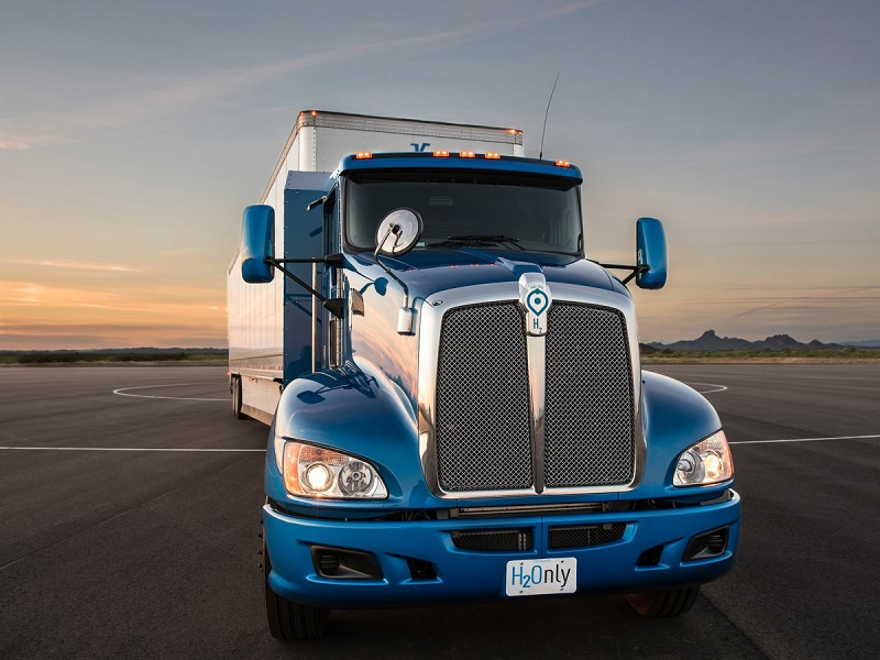 تویوتا همچنین آزمایش روی تکنولوژی سوخت سلولی را در یک کامیون 18 چرخ در مرز لس آنجلس انجام می دهد. هنوز برنامه این کمپانی از این آزمایش ها مشخص نیست، اما تویوتا اعلام کرده که می خواهد از تکنولوژی هیدروژنی در همه چیز، از لیفتراک گرفته تا SUV استفاده کند.