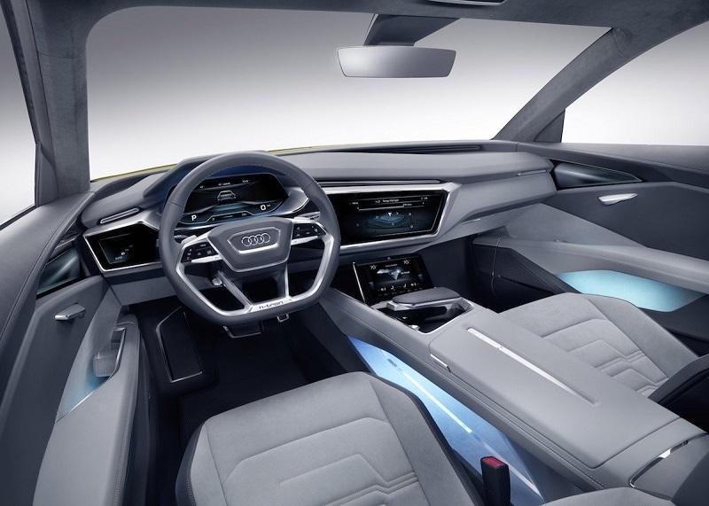 خودرو اچ ترون کواترو با یک کابین مجازی همراه بوده که جایگزین پنل ابزار و کنسول مرکزی با صفحه نمایش های دیجیتالی شده است. این خودرو همچنین به سیستم دستیار راننده مجهز شده که محیط پیرامون شما را به نمایش می گذارد تا بتوانید لاین ها را به خوبی تشخیص داده و در مسیر خود حرکت کنید.