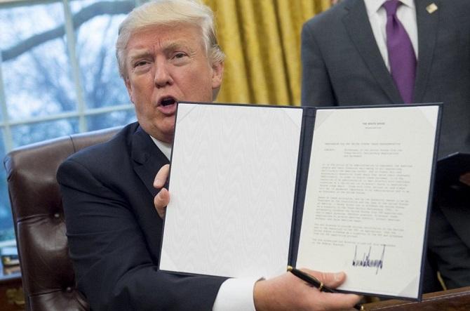 به گزارش بیبیسی فرمان اجرایی ترامپ برای ترک پیمان تجاری اقیانوس آرام، یکی از اولین فرمانهای اجرایی است که رئیسجمهور جدید آمریکا روز دوشنبه صادر کرده است. ترامپ در طول مبارزات انتخاباتی خود وعده داده بود که در صورت پیروزی فورا از این پیمان خارج خواهد کرد