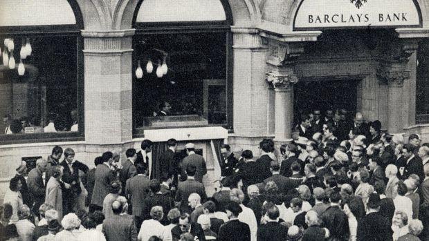 پنجاه سال قبل اولین دستگاه خودپرداز در شعبه انفیلد بانک بارکلیز در لندن آغاز به کار کرد